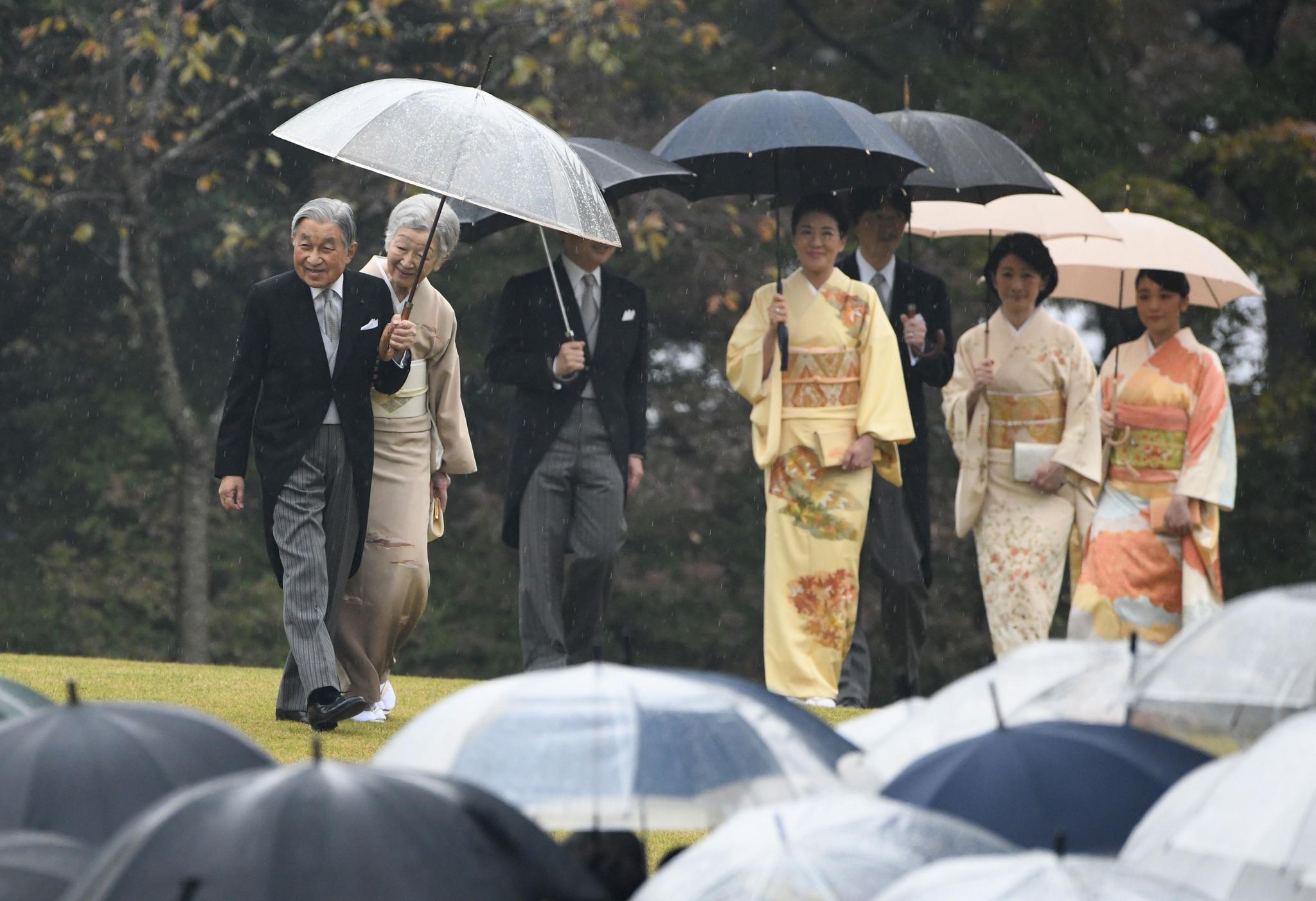 Begleitet wird das japanische Kaiserpaar (links) von seiner Familie: