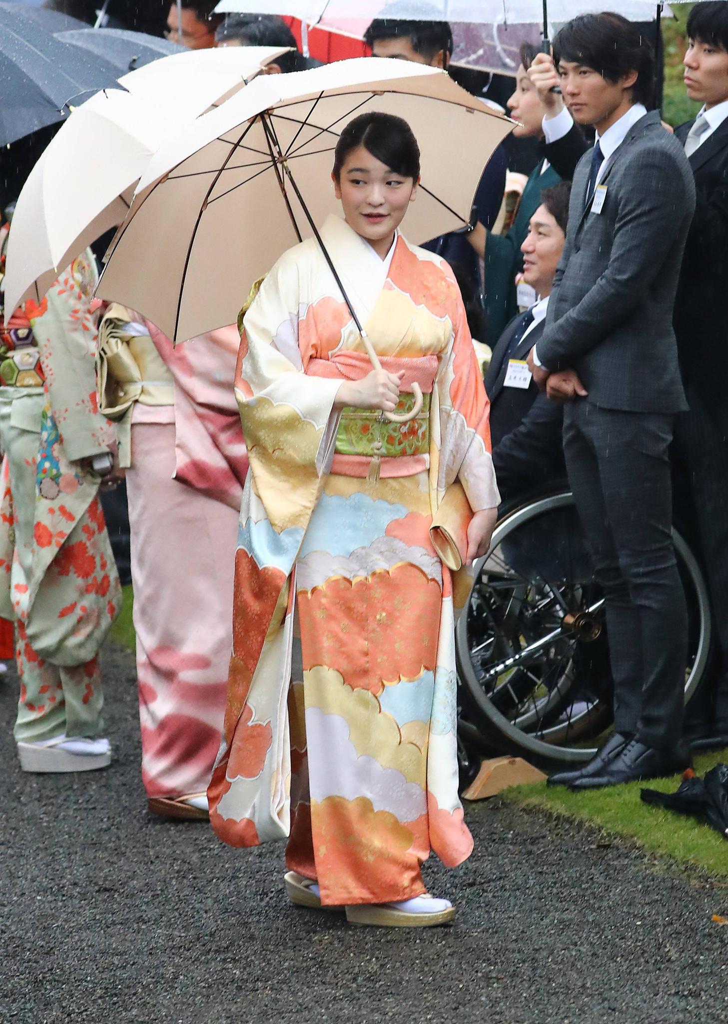 Prinzessin Mako, die Enkeln des Kaisers, hat sich für den besonderen Anlass einen bunten Kimono übergestreift