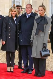 11. November 2018  Trotz des Dauerregens in Paris lassen sich Brigitte Macron,Fürst Albert II von Monaco undFürstin Charlène von Monaco die Laune nicht verderben.