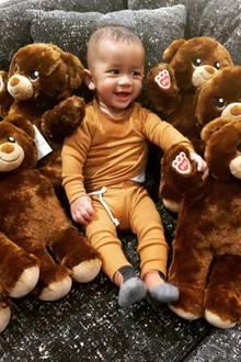 11. November 2018  Ist dieser Schnappschuss von Chrissy Teigens Sohn Miles Theodore nicht wirklich zuckersüß? Zwischen all den Teddybären lacht der jüngste Sprossdes Models fröhlich in die Kamera.