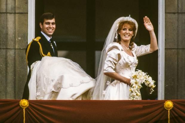 Prinz Andrew, Duke of York, und Sarah Ferguson, Duchess of York, zeigen sich bei ihrer Hochzeit am 23. Juli 1986 glücklich auf dem Balkon des Buckingham Palace.
