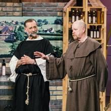 Wolfgang Streblow (l.) und Jürgen Hartwig gehen in ihrer Gründerroller vollkommen und sorgen mit Mönchsgewandfür die richtige Ansprache bei den Löwen.