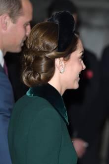 In letzter Zeit scheint die Frau von Prinz William diese Art von Kopfbedeckung zu lieben: Sie trägt einen breiten schwarzen Haarreif von Hutmacherin Jane Taylor, der farblich perfekt zum Rest des Outfits passt und ihre edle Hochsteckfrisur nicht verbirgt.
