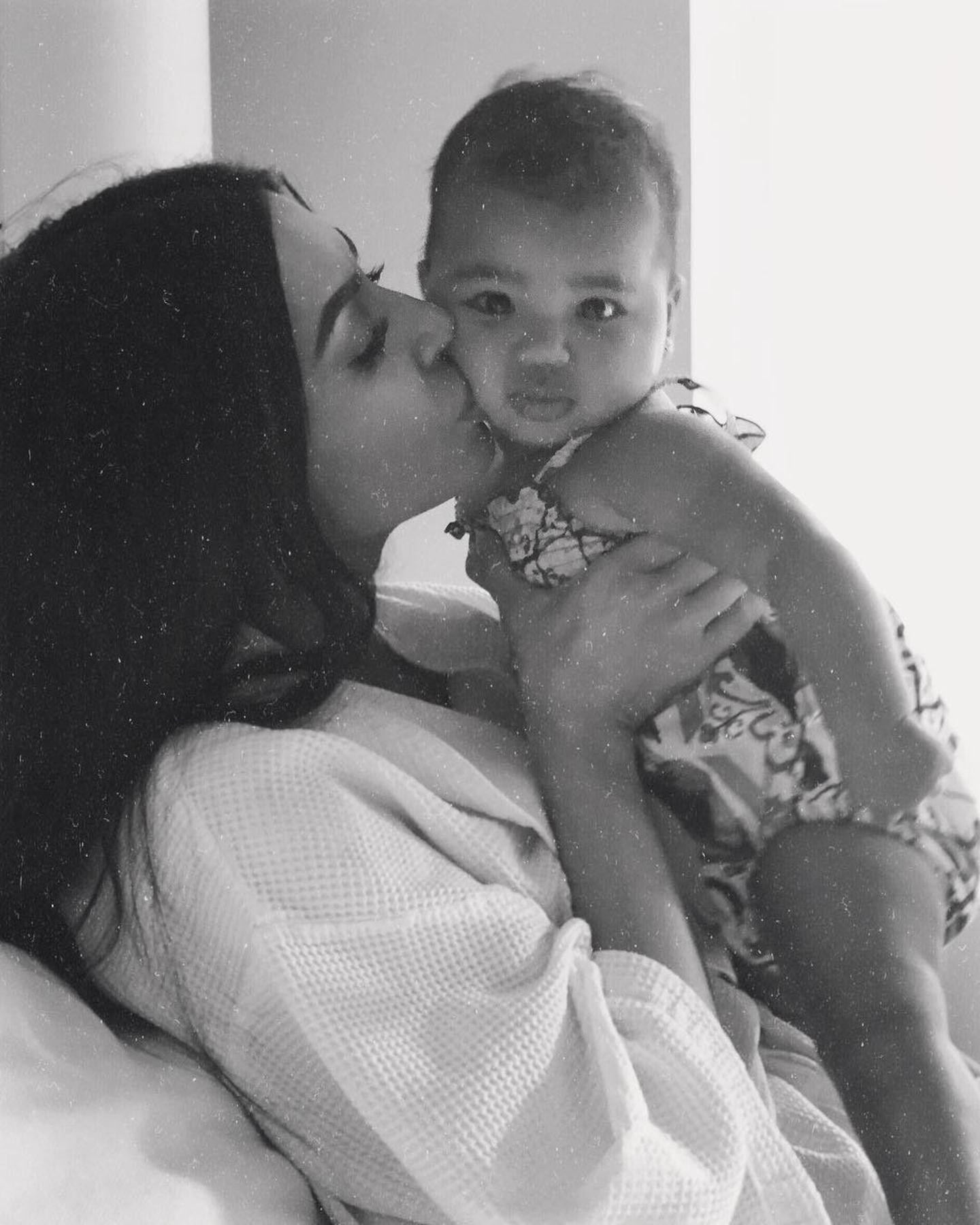 10. November 2018  Kuschelzeit mit der Nichte: Kim Kardashian zeigt auf ihrem Instagram-Account wie sehr sie das kleine Töchterchen von ihrer SchwesterKhloé lieb hat. Die kleine ist aber auch zauberhaft, oder?