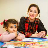 Königin Rania besucht dasKulturzentrum Prince Hussein bin Abdullah II in Ma'an, Jordanien. Für ihr Treffen mit Frauen, die sich inbesonderem Maße für die Gemeinde engagieren, setzte Rania auf ein traditionelles jordanisches Kleid. Das schwarze Gewand ist am Oberkörper und an den Ärmeln mit Stickereien in den Farben Rot, Blau und Gelb verziert.