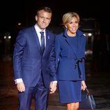 Strahlend blauer Partnerlook: Zum Staatsdinner zum 100. Jubiläum des Ende des Ersten Weltkriegesim Museum d'Orsay in Paris, zeigen sich Brigitte Macron und Ehemann Emmanuel Macron in farblich aufeinander abgestimmten Looks. Emmanuel trägt einen klassischen Anzug, Brigitte setzt auf eine Kombination aus Rock und Blazer.