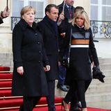Akzente setzen: Brigitte Macron weiß, wie sie stilvoll farbliche Akzente setzt. Zu einem schlichten Look kombiniert sie einen Mantel mit orangefarbenem Lederstreifen.