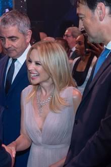 """Bei der Geburtstagsvorstellung """"We are Most Amused and Amazed"""" in London trifft Prinz Charles auf den bekannten Comedian Rowan Atkinson, besser bekannt als """"Mr Bean"""" und Kylie Minogue."""