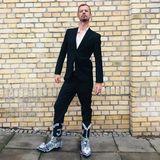 """12. November 2018  Vor seinem Auftritt in der Show """"Late Night Berlin"""", präsentiert Joko Winterscheidt seine fragliche Fußbekleidung. """"Und du kannst auch mal einschalten, Philipp Plein. Kannste dir mal geile Stiefel anschauen!!!"""", postet der Entertainer scherzendan den Modedesigner."""