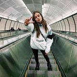 Auch Engel fahren mit der U-Bahn. Model Josephine Skriver posiert auf einer Rolltreppe eines New Yorker Zugtunnels.