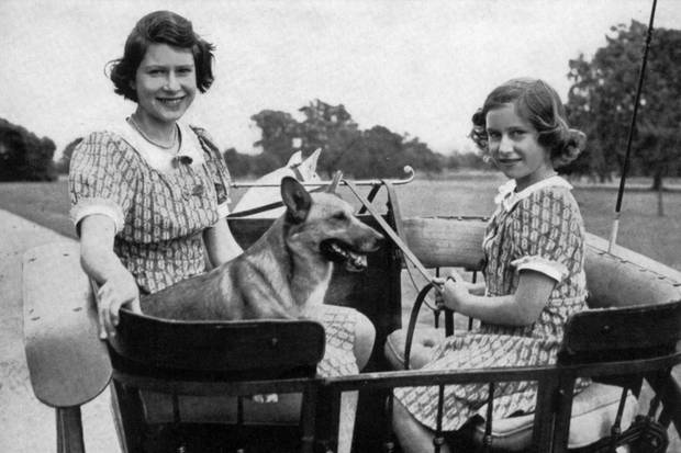 Die junge Queen Elizabeth II. und ihre kleine Schwester Prinzessin Margaret im Jahr 1941.