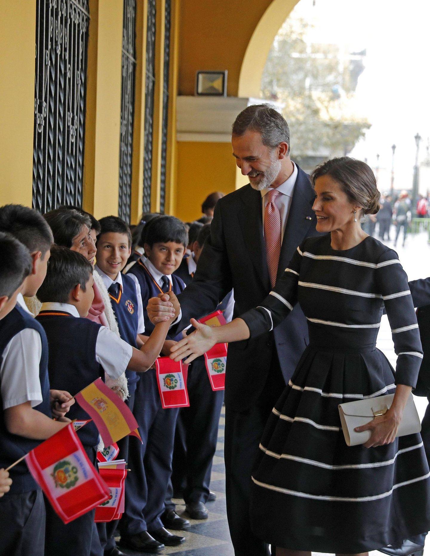 """12. November 2018   Felipe und Letizia beim Staatsbesuch in Peru: Das Königspaar grüßt Kinder in der """"Kingdom of Spain School"""" in Lima."""