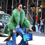 Wer saust denn da mit einem grünen Mantel auf einem Sharing-Bike durch die Straßen von New York? Es ist das Model Kendall Jenner, die sich an ihrem 23 Geburtstag ein City-Bike genommen hat und New York unsicher macht.