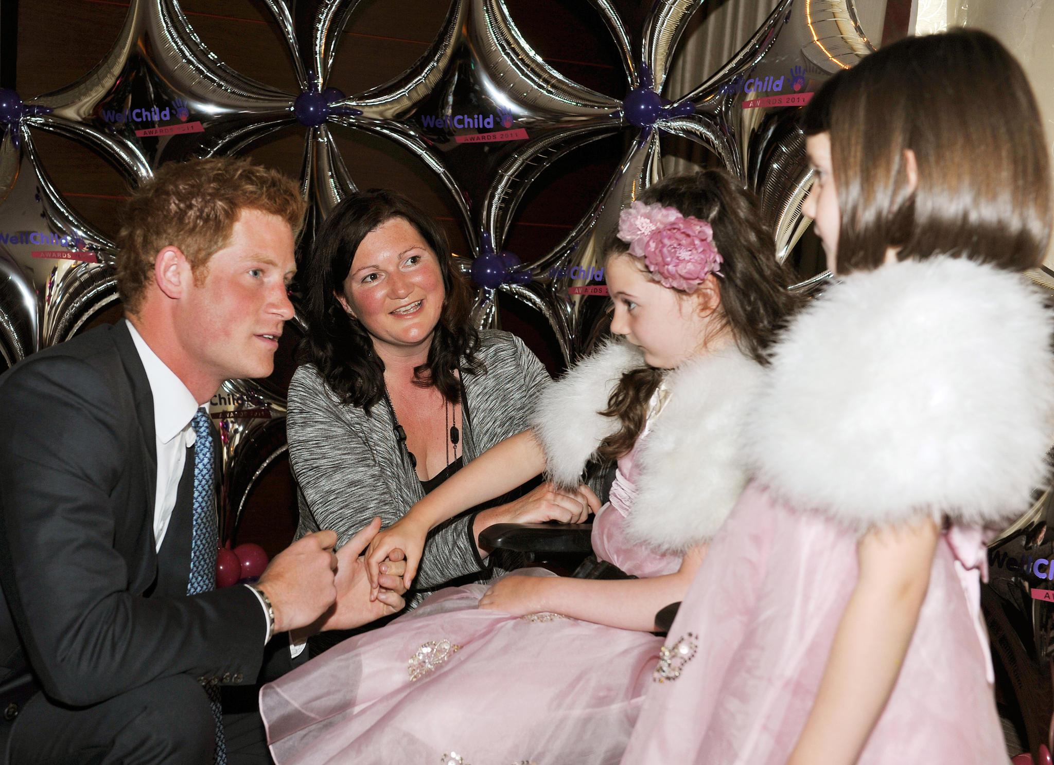 Für Szenen wie diese lieben Fans ihren Harry. Hier unterhält sich der damals 26-Jährige mit einem achtjährigen Mädchen im Rahmen einer Charity-Veranstaltung am 31. August 2011 in London