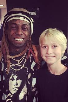 13. November 2018  Da schaut aber einer happy. Alexander Pete trifft den Rapper Lil Wayne. Stolz posiert der kleine Fan mit seinem bekannten Idol.
