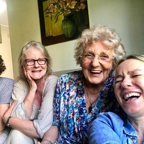 13. November 2018  Diese Ladies haben so richtig Spaß. Naomi Watts posiert für ein Bild auf Social Media mit ihrer Mutter ( Mitte) und ihrer Großmutter( rechts daneben).
