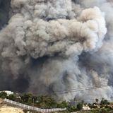 """""""Unser Haus ist irgendwo dadrin"""", kommentiert April Love Geary ihr Foto vom Flammenmeer. """"Ich bin so traurig und so dankbar, dass wir alle es sicher herausgeschafft haben. Ich bete für alle in Malibu, unsere Stadt steht in Flammen."""""""