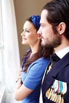 13. November 2018  Prinzessin Sofia und Prinz Carl Philip scheinen sich auf den italienischen Staatsbesuch zu freuen. Ausdem Fensterbeobachten sie Italiens PräsidentenSergio Mattarellabeim Betreten des Innenhofs des Stockholmer Palasts.