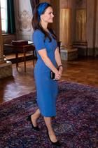 Prinzessin Sofia setzt auf ein royalblaues Bleistiftkleid mit T-Shirt-Ärmeln. Ihr braunes Haar hat sie mit einem farblich abgestimmten Haarband zurückgehalten. Schwarze Accessoires runden den edlen Look ab.