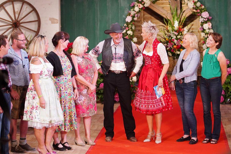 """Inka Bause und """"Bauer sucht Frau""""-Kandidat Andreas mit Kerstin, Michaela, Irmgard, Andreas, Angelika und Ingeborg (von links)"""