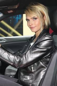 Angeschnallt und los: Cara Delevingne im T-Cross von Volkswagen.