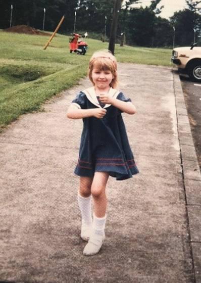 Christina Aguilera  Dieses kleine, blonde Mädchen in Schuluniform wird ein paar Jahre später ein Superstar sein. Diesen süßen Schnappschuss aus Kindertagen teilt Christina Aguilera auf ihrem Instagram-Account.