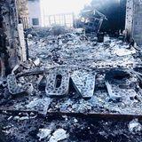 """Das Liebesnest, das er sich mit Miley aufgebaut hatte, ist den Flammen zum Opfer gefallen und nur noch eine Ruine. """"Die letzten Tage haben uns das Herz gebrochen. Das ist, was von meinem Zuhause übrig geblieben ist. Liebe"""", schreibt der Australier zu der apokalyptischen Aufnahme. Außerdem bedankt er sich bei allen Feuerwehrmännern und Helfern. Malibu sei eineGemeinschaft, die in diesen schweren Zeiten zusammenhalte und Stärke beweise."""