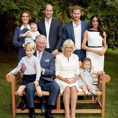 Auf den offiziellen Geburtstagsportraits für Prinz Charles trägt Herzogin Catherine ein blaues Kleid mit weißen Punkten. Weiße Knöpfe und ein spitzer, weißer Kragen machen den niedlichen Look perfekt. Doch Kate ist nicht die Erste, die sich in das Dress verliebt hat...