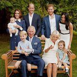 Modische Minis: In dem Familienfoto, das zu Charles 70. Geburtstag entsteht, trägt Prinzessin Charlotte ein süßes Kleidchen, das ganz ihrem Style entspricht. Zarter Farbton, florales Muster, Peter-Pan-Kragen - fast könnte man meinen, man hätte die niedliche Klamotte bereits an ihr gesehen.