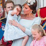 """Tatsächlich ähnelt es sehr dem Kleid, mit dem sich Charlotte im Mai bei der """"Trooping the Colour""""-Parade auf dem Balkon des Buckingham Palastes zeigt. Es scheint ganz so, als würde Mama Kate nicht nur ihre eigenen Kleider recyclen, sondern auch ihrem Töchterchen das gleiche Dress mehrmals anziehen. Ganz wie in normalen Familien. Toll!"""