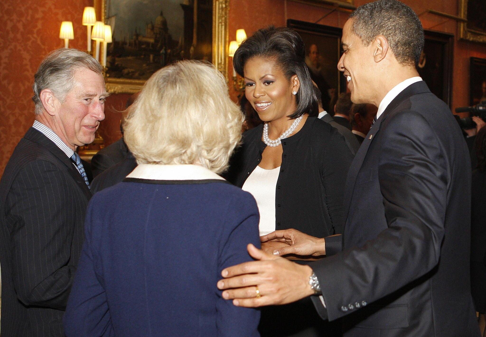 Barack Obama berührt Herzogin Camilla