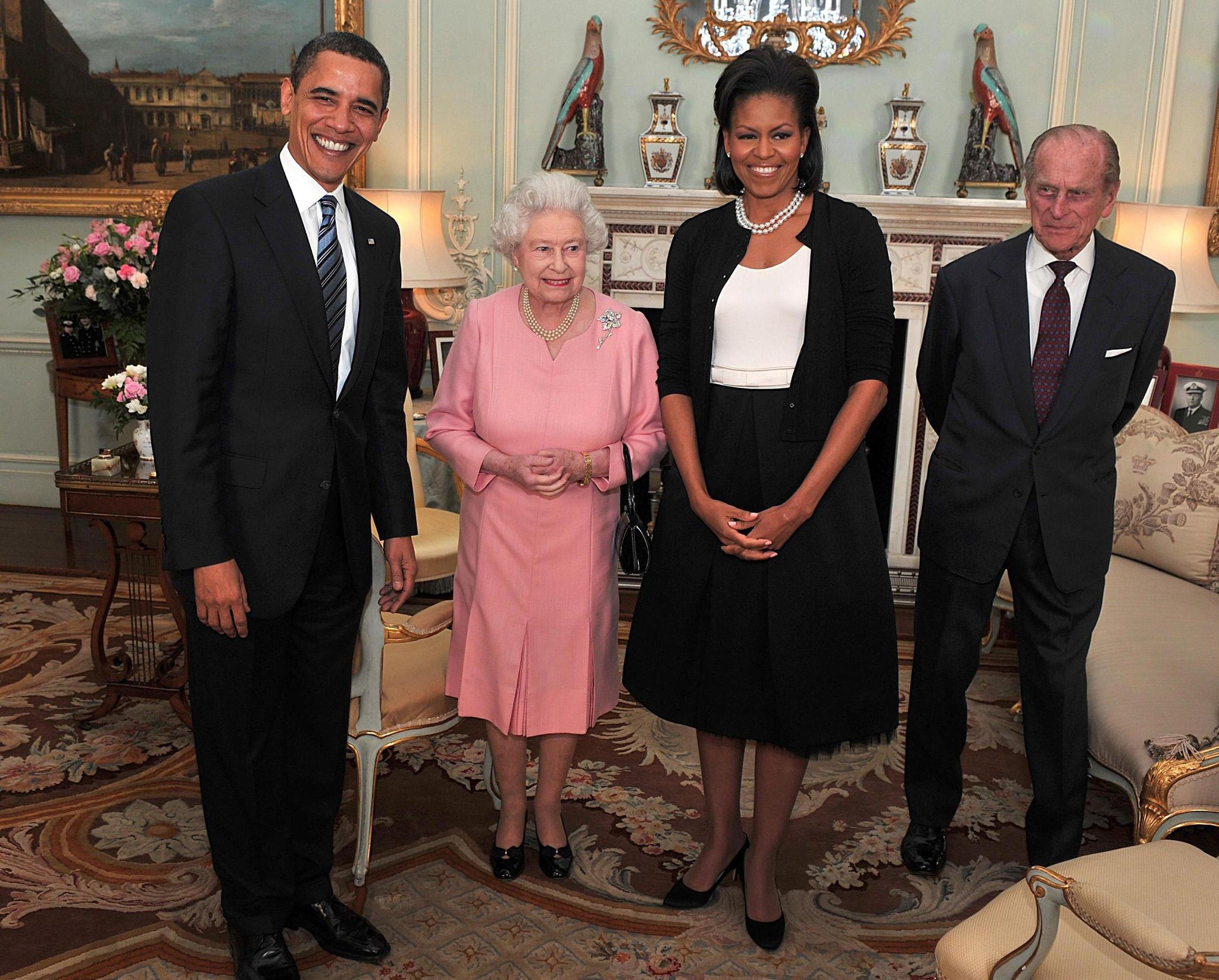 Barack Obama (l.) und seine Frau Michelle Obama (2..v.r.) be ihrem ersten Besuch bei Queen Elizabeth (2.v.l.) und Prinz Philip (r.)