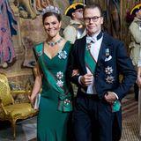 Zum Dinner mit dem italienischen Präsidenten hat sich Prinzessin Victoria in eine Bankettrobe geschmissen, die mit ihrem Smaragdgrün perfekt zu ihrer Schärpe und ihrem Collier passt, das sie so gerne trägt.