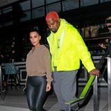 12. November 2018  Unauffälligsein ist nicht Kim Kardashians und Kanye Wests Ding. Nach dem Besuch eines Filmstudios in Beverly Hills zeigt sich das Pärchen wie gewohnt extrovertiert: Kanye West mit roten Haaren und Neonjacke. Ki Kardashian in einer hautengen Lederhose und High-Heels.