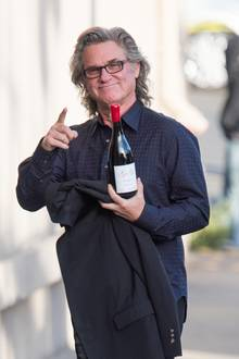 """13. November 2018  Auf dem Weg zur TV-Show """"Jimmy Kimmel Live"""" in Los Angeles bringt Kurt Russel bestens gelaunt einen edles Tropfen Wein mit."""