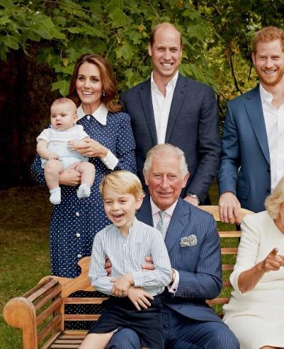 Prinz Louis erinnert mit seinem Outfit an seinen Vater, Prinz William. Ein ähnliches Ensemble trug der Thronfolger bereits im Jahre 1983.