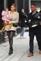 Wenn man schon das Kind tragen muss, dann wird mindestens ein Assistent benötigt, der den Kindersitz trägt. Mama Chrissy Teigen hat schließlich die quengelnde Luna zu tragen.