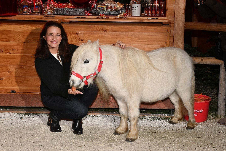 """Zur Eröffnung des alljährlichen Weihnachtsmarktes auf Gut Aiderbichl ist auch der Hollywood-Star Kristen Davis anwesend. Der """"Sex ad the City""""-Star freundet sich direkt mit dem kleinen Pony an."""