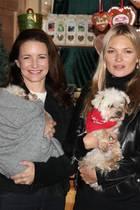 Kristin Davis mit Kate Moss und Kathrin Glock posieren mit den Tieren des Gutshofes.