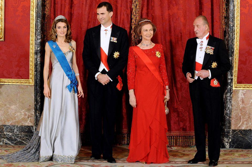 Königin Letizia (l.) und König Felipe (2.v.l.) müssen passen. Dafür springt das Ex-KönigspaarJuan Carlos und Sofia ein.