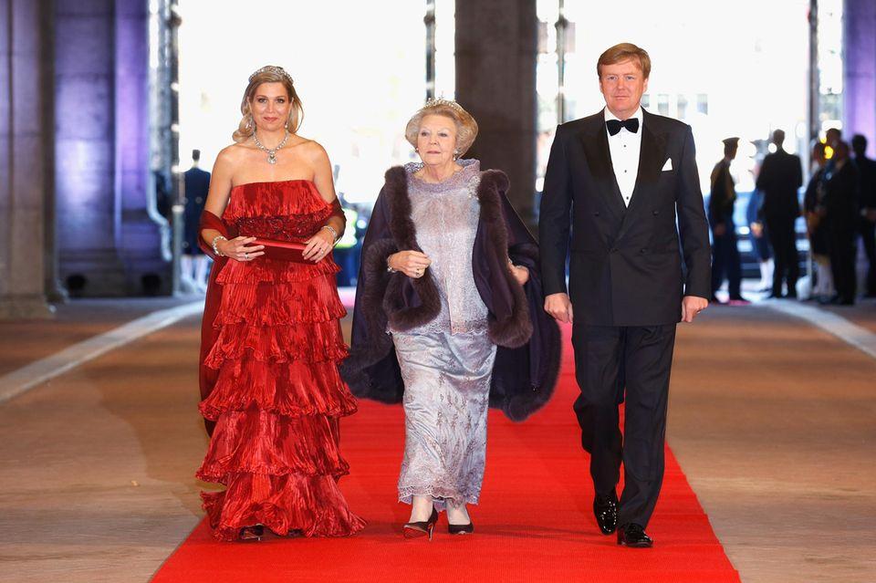 Weil Königin Máxima (l.) und König Willem-Alexander keine Zeit haben, fährt Ex-Königin Beatrix nach London.