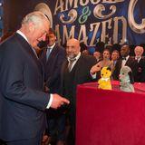 """Anlässlich seines 70. Geburtstages besucht Prinz Charles eine Vorstellung der Show""""We Are Most Amused and Amazed"""" im Londoner Palladium. Dabei trifft er auch auf diePuppen """"Sooty"""" und """"Sweep"""" und sammelt """"nebenbei"""" nochGeld für seinen """"Prince's Trust""""."""