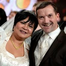 """Die """"Bauer sucht Frau""""-Kandidaten Narumol und Josef bei ihrer Hochzeit 2010"""
