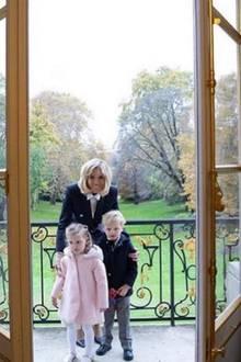 13. November 2018  Fröhlich posieren die Zwillinge mit Brigitte Macron auf dem Balkon des Palasts.