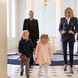 13. November 2018  Noch etwas zaghaft betreten Jacques und Gabriella denElysée-Palast. Gefolgt von MamaFürstin Charlène und der Gastgeberin Brigitte Macron.