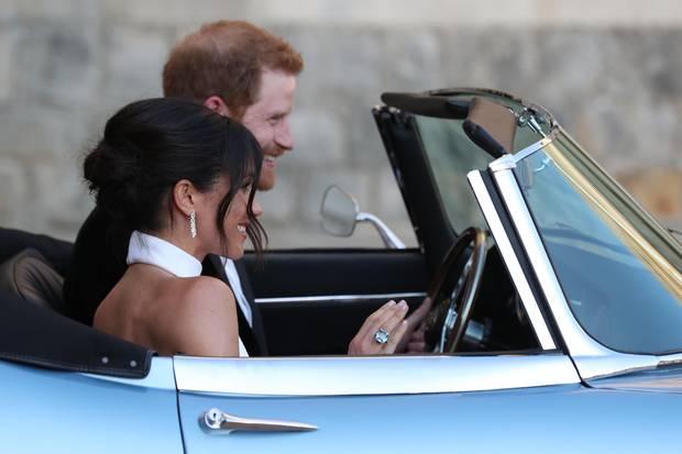 Auf dem Weg zur Hochzeitsfeier gibt Herzogin Meghan den Blick auf ihren Rücken frei. Das Stella McCartney-Brautkleid betont ihre schmalen Schultern und trainierten Arme.