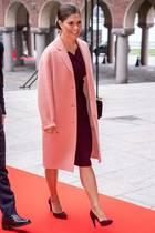 Prinzessin Victoria auf dem Weg zum Lunch mit dem italienischen Präsidenten Sergio Mattarella. Während des Gangs zum Rathaus wärmt sich Victoria mit einem rosafarbenen Mantel, darunter trägt sie ein bereits bekanntes Etuikleid.