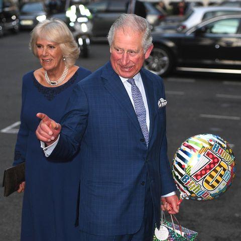 """Zusammen mit Herzogin Camilla trifft der Ehrengast im Londoner Spencer House zu einer """"Tea Party"""" ein. Dort feiert er mit ausgewählten Gästen aus dem Volk, die in diesem Jahr ebenfalls ihren 70. Geburtstag feiern. Eines seiner womöglich ersten Geburtstagsgeschenke hat das """"Geburtstagskind"""" kurz zuvor von einem Passanten erhalten."""