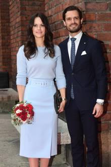 Prinzessin Sofia posiert an der Seite ihres Ehemannes, Prinz Carl Philip. Farblich sind die beiden bestens aufeinander abgestimmt: das Paar setzt beim Lunch mit dem italienischen StaatspräsidentSergio Mattarellaauf die Farbe Blau.