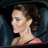 Auf dem Weg zum Palast kann man Herzogin Catherine kurz sehen. Sie trägt auffällige Ohrringe sowie ein Kleid, das ganz offensichtlich nur einen Träger hat.